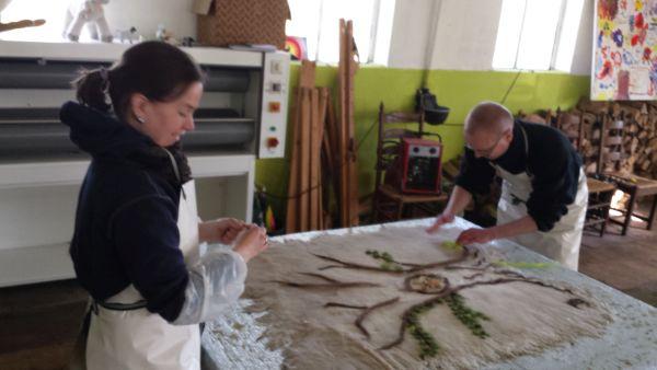 Dan versieren met wol: Jessica en Bart maakten een boom...